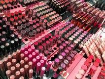 化妆产品在时尚美容院显示的待售 免版税库存图片