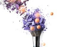 化妆刷子顶视图与紫色粉末的 免版税图库摄影