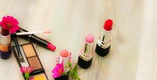 化妆化妆用品的一收藏,在空白附近位于淡色光背景 库存照片