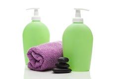 化妆容器、毛巾和温泉石头 库存图片