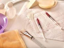 化妆工具、药物和注射器秀丽射入的 仍然1寿命 库存图片