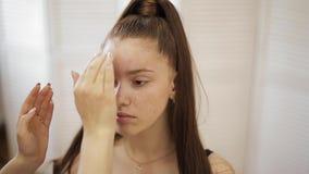 化妆师与模型一起使用在秀丽演播室 时尚为典雅的红头发人模型做,不用构成 ?? 股票视频