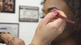 化妆师与美丽的黑非裔美国人的女性式样特写镜头一起使用 年轻好莱坞的壮观的构成 股票视频