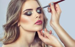 化妆师做发烟性眼睛构成 适用组成 免版税库存照片