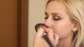 化妆师做补偿沙龙的女孩 影视素材