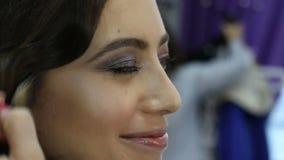 化妆师做补偿申请婚礼构成的年轻美丽的新娘 股票视频