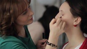 化妆师做补偿眼睛和面孔模型 股票录像