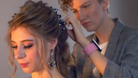 化妆师和美发师在婚礼前准备新娘 有短的时髦的发型的美发师美发师申请构成 股票视频