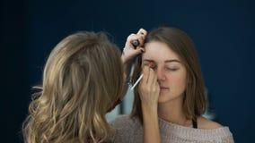 化妆师在一个重要事件前做女孩眼眉的美好的构成 影视素材