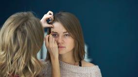 化妆师在一个重要事件前做女孩眼眉的美好的构成 股票录像