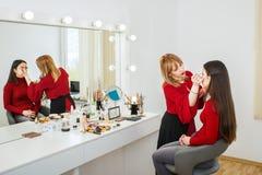 化妆师在工作 库存图片