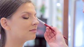 化妆师在模型的眼睛特写镜头投入构成 影视素材