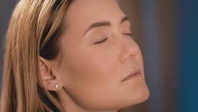 化妆师在眼皮上把明亮的眼影放,有在一个白种人金发碧眼的女人的面孔的一把专业刷子的 影视素材