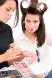 化妆师妇女时装模特儿应用唇膏 免版税库存照片