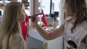 化妆师工作在她的演播室 股票录像