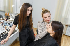 化妆师工作在演播室 免版税库存图片