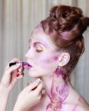 化妆师应用唇膏 美丽的表面妇女 完善的ma 免版税库存照片