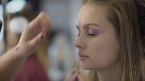 化妆师应用在夫人的眼皮的眼线膏美容院的 股票录像