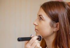 化妆师应用在美容院的构成专业刷子 免版税库存图片