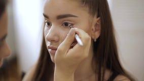 化妆师应用眼影,完善的平衡的构成 秀丽有完善的皮肤和雀斑的红头发人女孩 影视素材