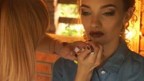 化妆师成交在嘴唇魅力女孩发光 影视素材