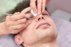 化妆师清洁面孔关闭 免版税库存照片