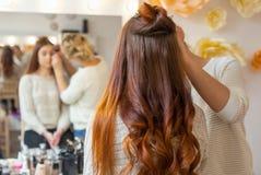 化妆师申请与一把专业刷子的构成在美容院 免版税图库摄影