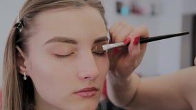 化妆师申请专业构成于一美丽的少女 在构成的新理念 股票视频