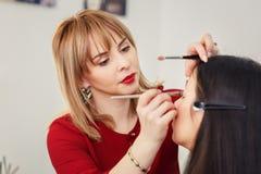 化妆师申请构成在眼睛 免版税库存照片