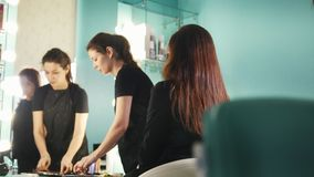 化妆师,工作与美容院的客户的美发师,塑造眼眉 股票视频