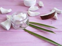 化妆椰子奶油有机自然化妆水健康自创在桃红色木背景 库存照片
