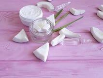 化妆椰子奶油自创在桃红色木背景 库存照片