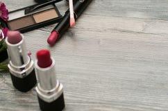 化妆用品仿造与组成艺术家对象:唇膏,钉子,香水,染睫毛油 秀丽背景 免版税库存照片