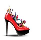 化妆用品到有销售标签的一双妇女鞋子里 库存图片