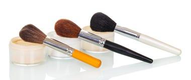 化妆用品刷子和瓶子奶油,在白色背景隔绝的基础 库存图片