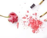 化妆用品刷子,桃红色粉末和在白色背景上升了 免版税库存图片