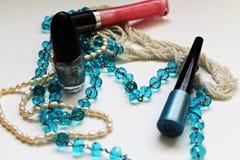 化妆用品和小珠 库存照片