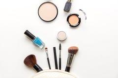 化妆用品和时尚背景与组成艺术家对象:唇膏,眼影,染睫毛油,眼线膏, concealer,指甲油 免版税库存图片