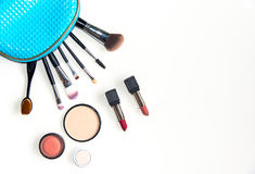 化妆用品和时尚背景与组成艺术家对象:唇膏,眼影,染睫毛油,眼线膏, concealer,指甲油 库存图片