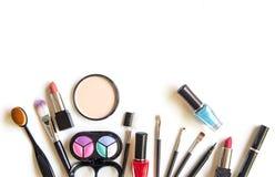化妆用品和时尚背景与组成艺术家对象:唇膏,眼影,染睫毛油,眼线膏, concealer,指甲油 免版税库存照片