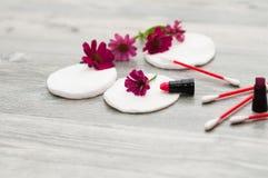 化妆用品和棉花圆盘与花 图库摄影