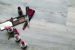 化妆用品和花背景  免版税图库摄影