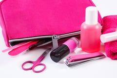 化妆用品和辅助部件修指甲或修脚的与桃红色袋子化妆用品,钉子关心的概念 库存图片
