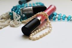 化妆用品和项链 免版税图库摄影
