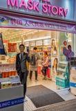化妆用品商店的韩国人民在Myeongdong市场上在汉城 免版税库存图片