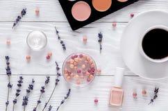化妆用品构成有咖啡和淡紫色顶视图 库存照片
