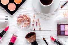 化妆用品构成有咖啡和淡紫色顶视图 免版税库存图片