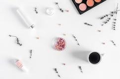 化妆用品构成有咖啡和淡紫色顶视图 库存图片