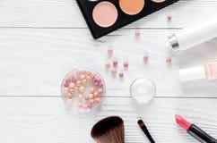 化妆用品构成有调色板和淡紫色顶视图 免版税图库摄影
