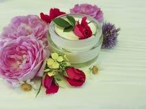 化妆用品玫瑰色瓶奶油护肤治疗自然手工制造在一种木背景商品组成 库存照片
